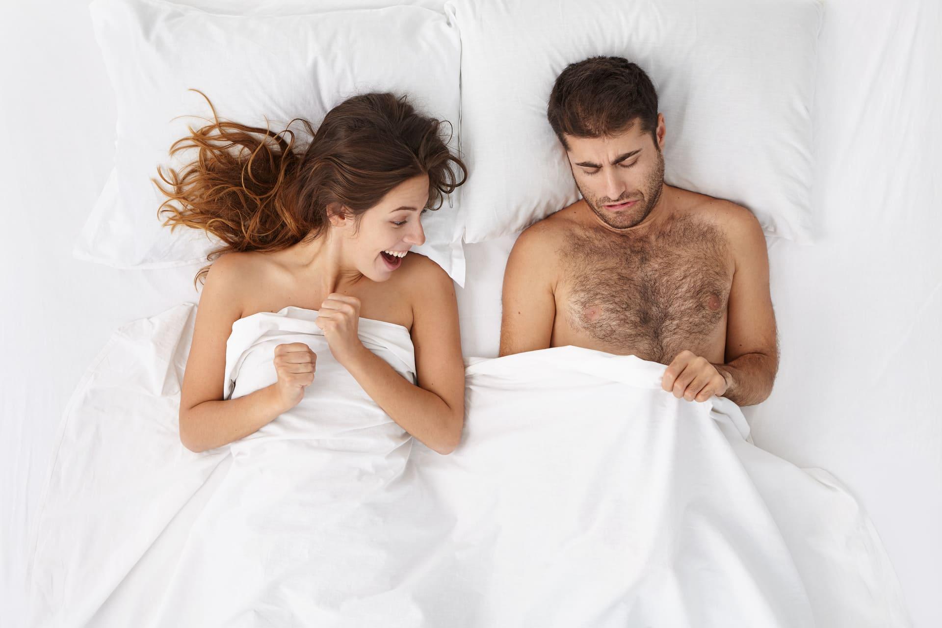 problém s veľkosťou penisu v posteli, muž má malý penis
